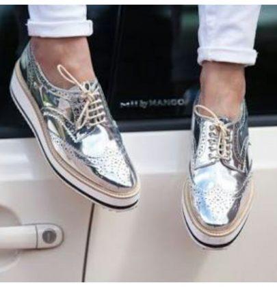 Muito brilho com os calçados metalizados.