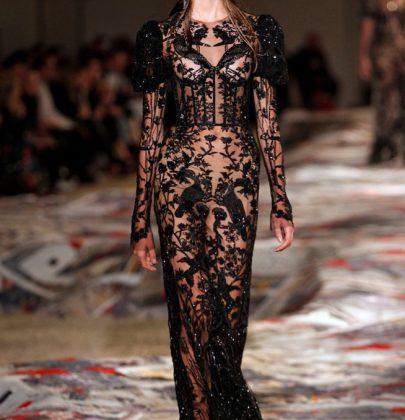 Moda com sensualidade na coleção de McQueen.
