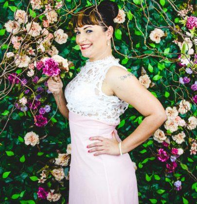 Vestido rosa millennial & branco.
