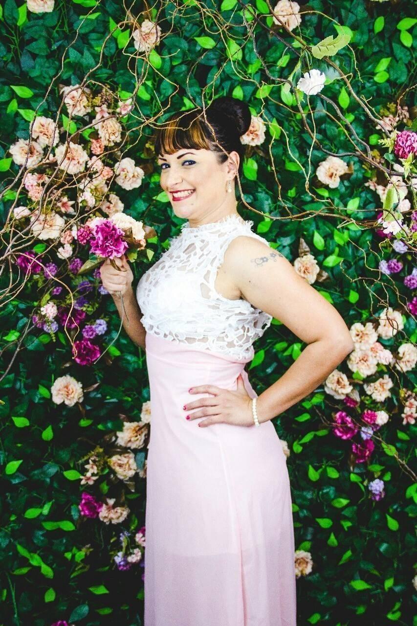 vestido rosa millennial e branco