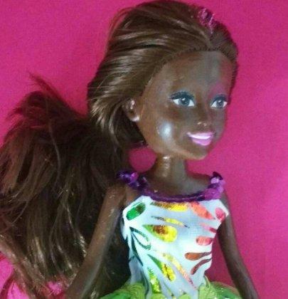 Mas como é difícil encontrar uma boneca Barbie negra para comprar.